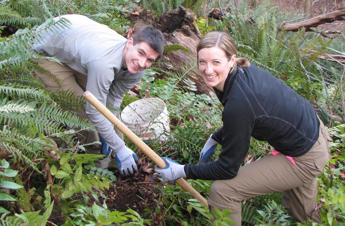pareja sembrando árboles