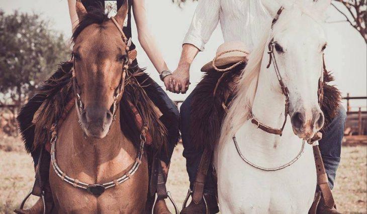 pareja montando a caballo