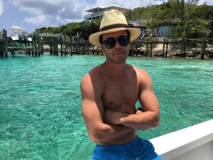 hombre musculoso sin playera en la playa