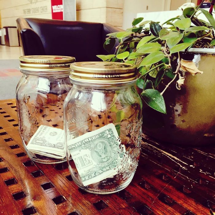 dos frascos con dinero dentro