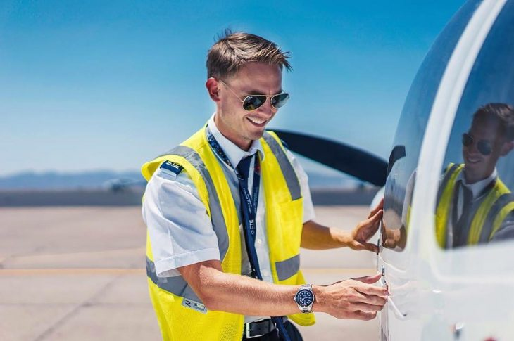 hombre rubio con lentes y chaleco amarillo en aeropuerto