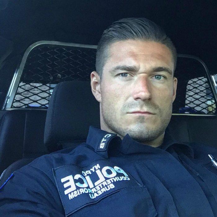 hombre guapo y serio en uniforme de policia