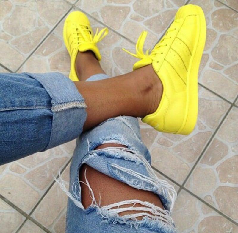 the latest f5fdf 7ff4c pies de mujer con tenis adidas superstar amarillo