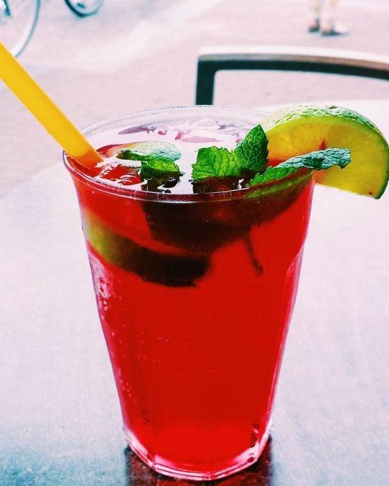 vaso con bebida color rojo