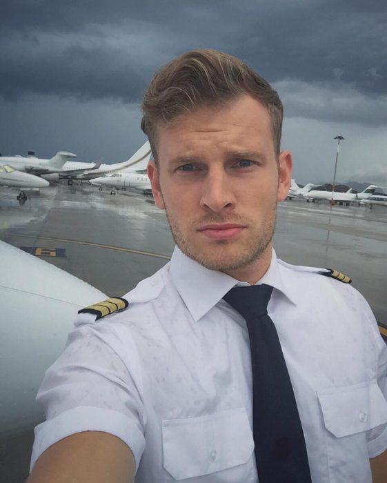 hombre rubio en aeropuerto con corbata