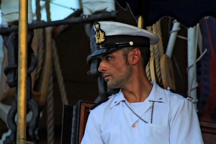 hombre rubio con traje de marinero