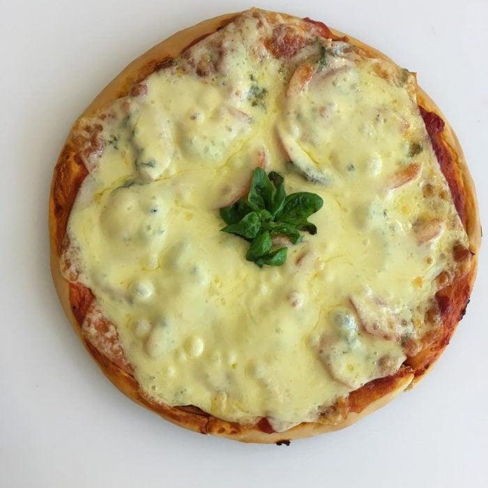 pizza con queso derretido en cima