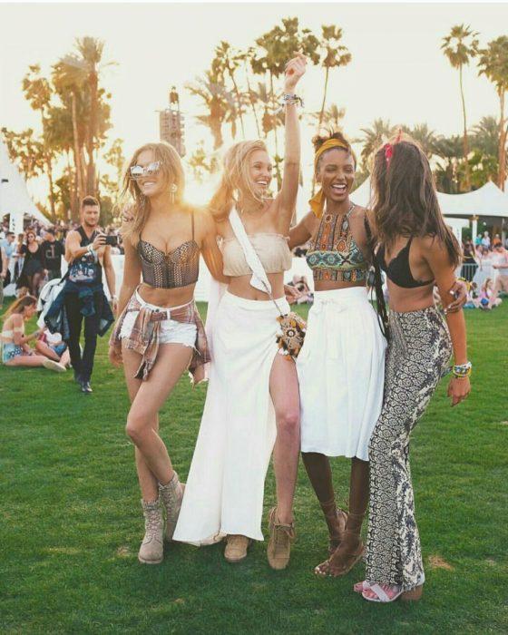 Chicas abrazadas mientras están en el festival de coachella