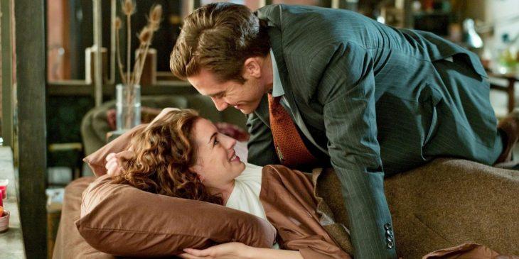 Escena de la película amor y otras adicciones pareja viendose a los ojos
