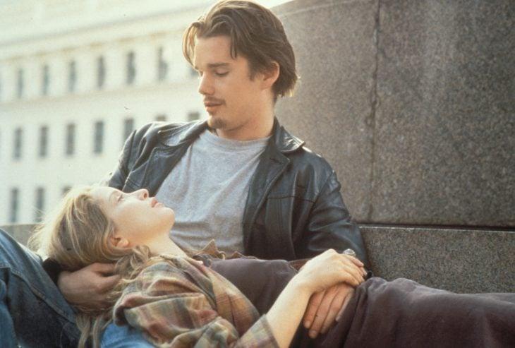Pareja de novios conversando, sentados en la calle