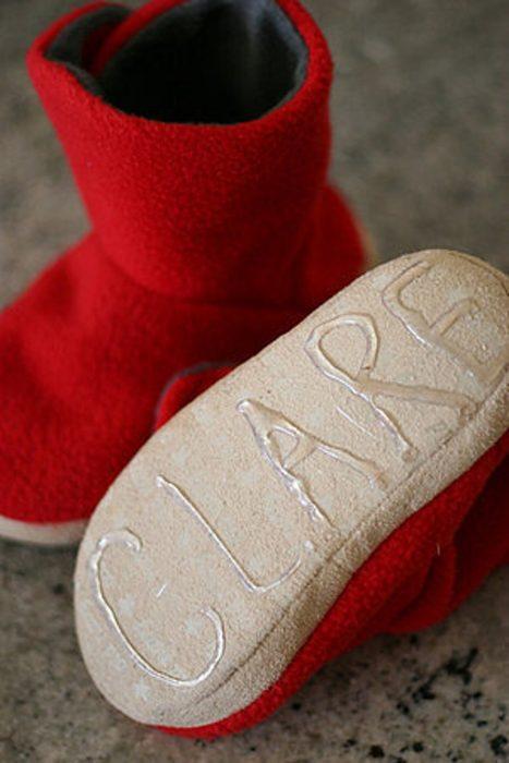 suela de unos zapatos con el nombre de un niño escrito con silicón caliente