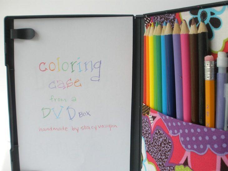 Caja de DVD con hojas de papel y colores adentro