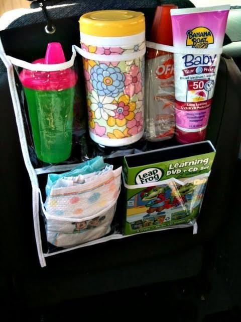 Organizador de zapatos colocado en un auto para organizar las cosas del bebé