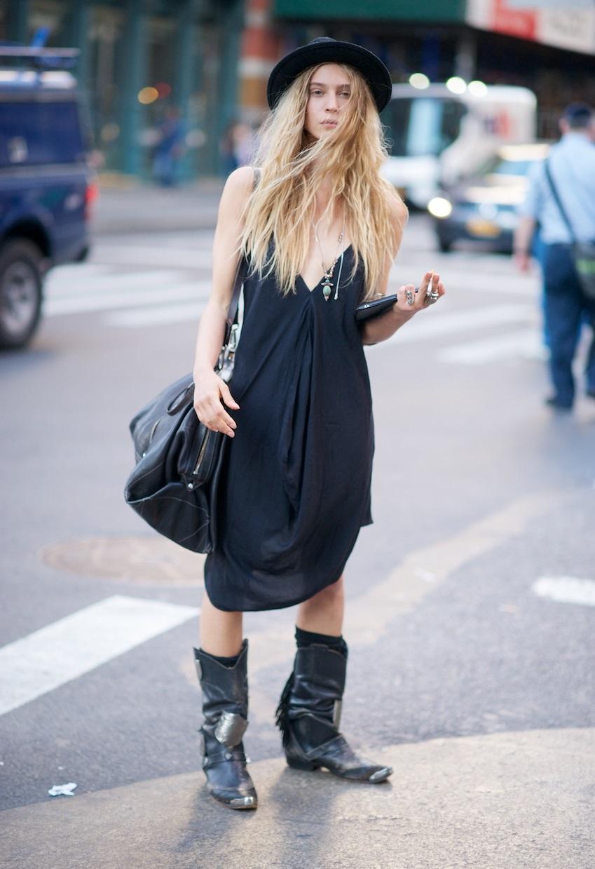 Una mujer vestida de negro significa