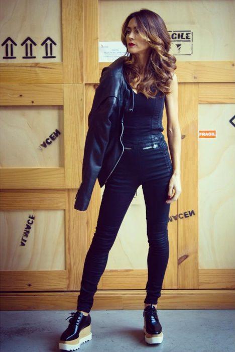 chica vestida de negro con zapatos de plataforma