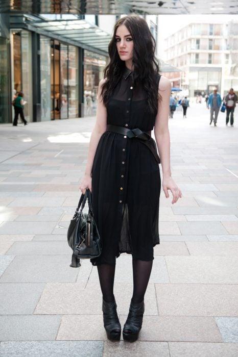 chica con vestido negro de encaje