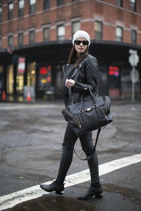chica vestida toda de negro