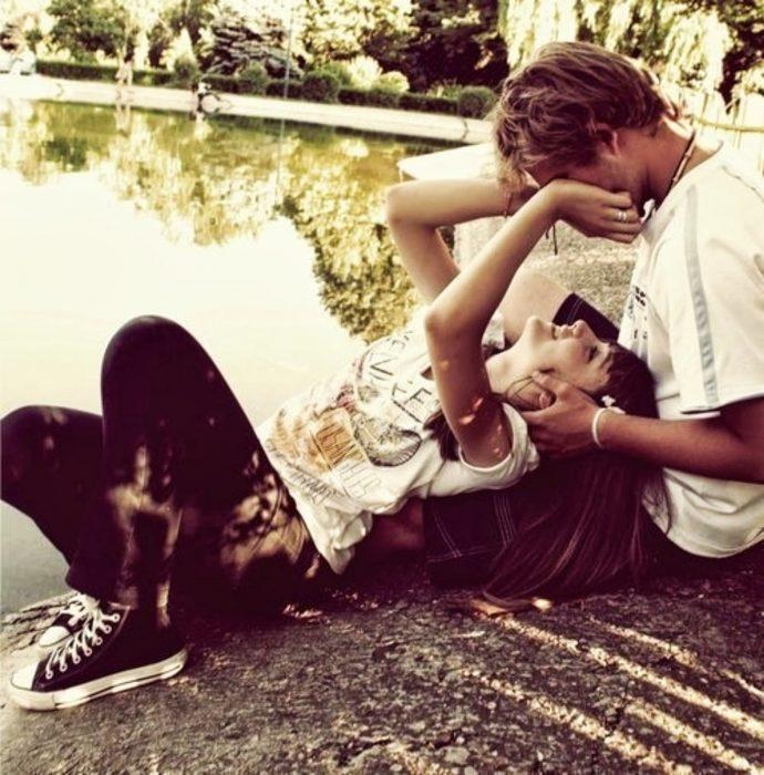 pareja platicando en una parque
