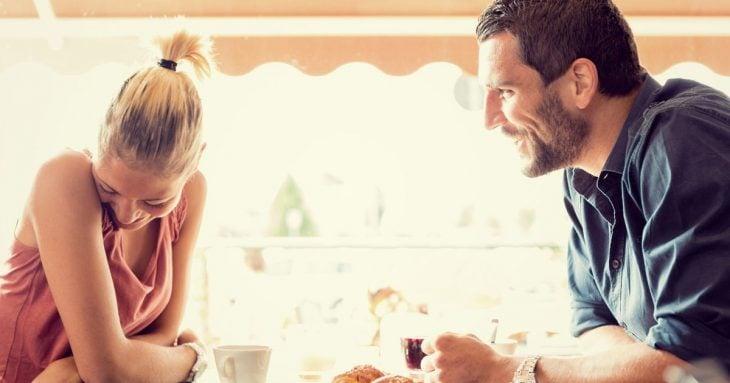 pareja platicando y riendo
