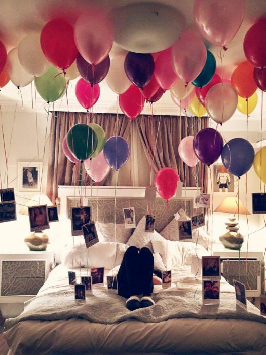 habitación decorada con fotos y globos