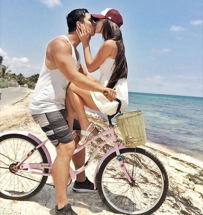 pareja en paseo en bicicleta