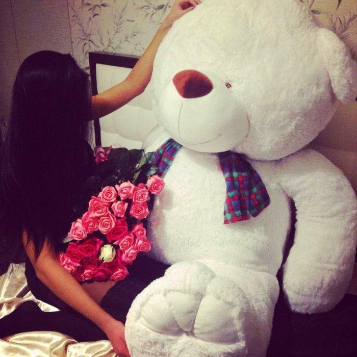 chica con oso de peluche grande