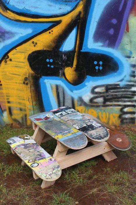 mesa con tablas de patineta