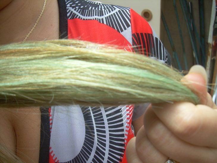 mechón de cabello verde