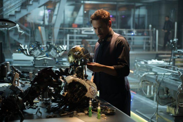 Tony Stark arreglando su máscara