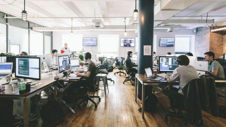 hombres trabajando en una oficina