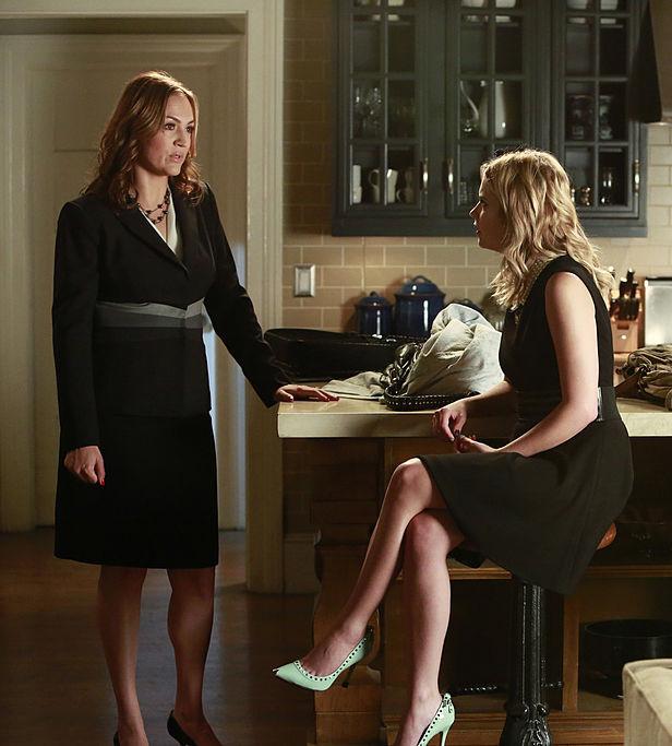 Escena de la serie pretty little liars chica conversando con su madre en la cocina