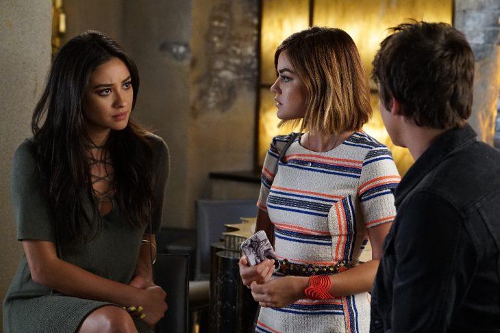 Escena de la serie pretty little liars. Aria conversando con Emily y Ezra