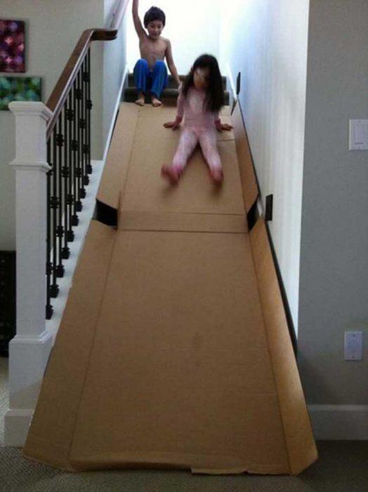 resbaladilla hecha de cartón sobre escaleras