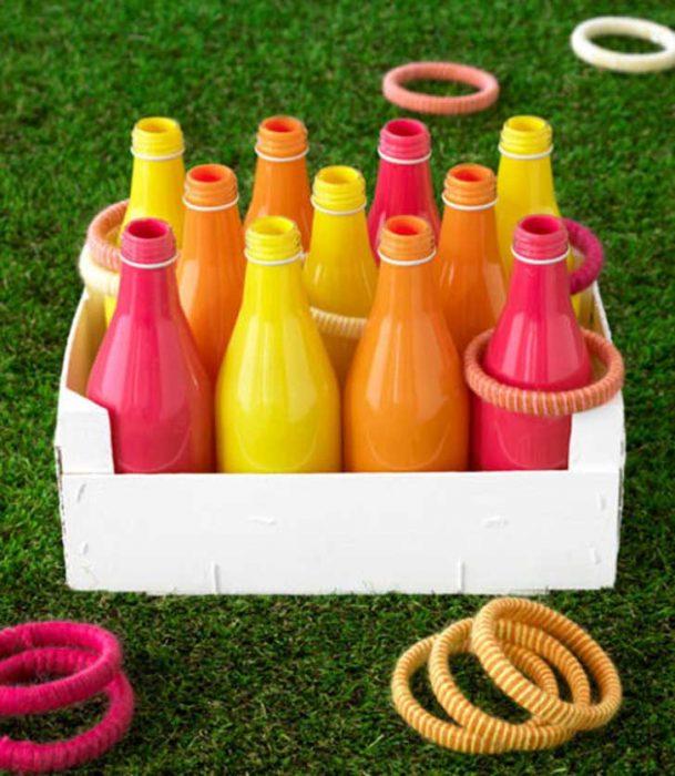 botellas de plástico con argollas
