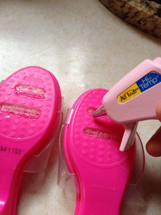 sandalias de plástico con silicón en las suelas