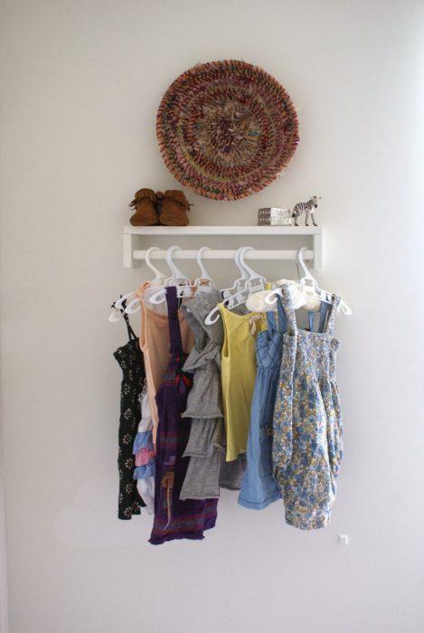 estante de especias como perchero para ropa de bebé