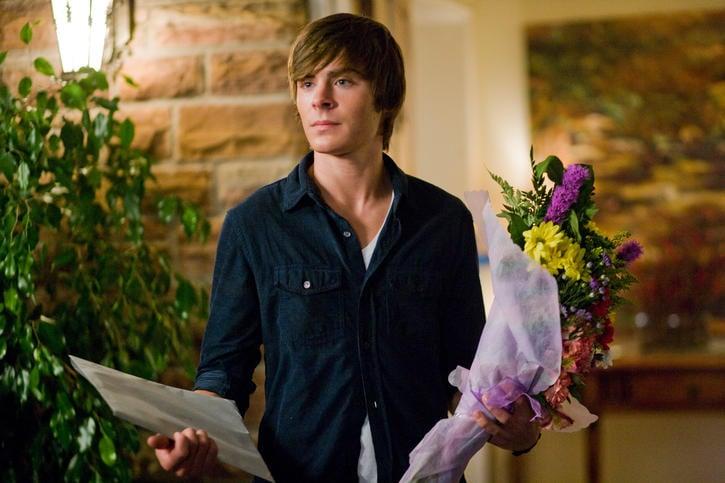 chico joven con flores