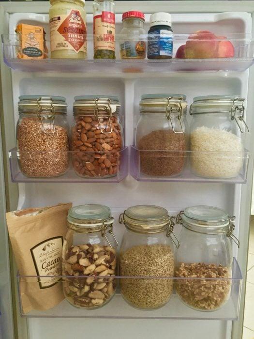 semillas y granos en el refrigerador
