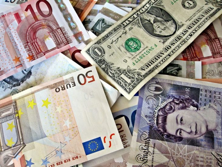 billetes de varias denominaciones