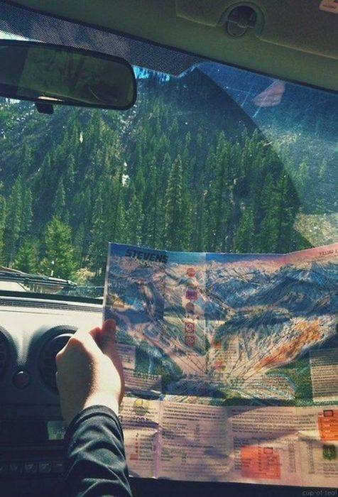 persona leyendo un mapa