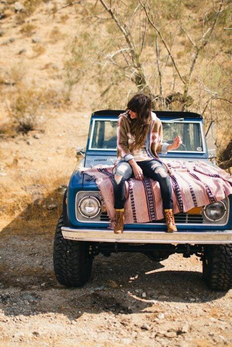 chica sentada en una camioneta