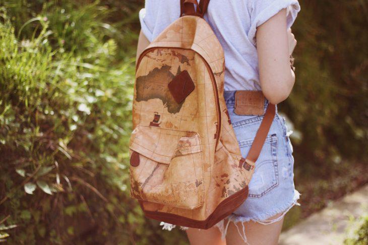 chica con mochila