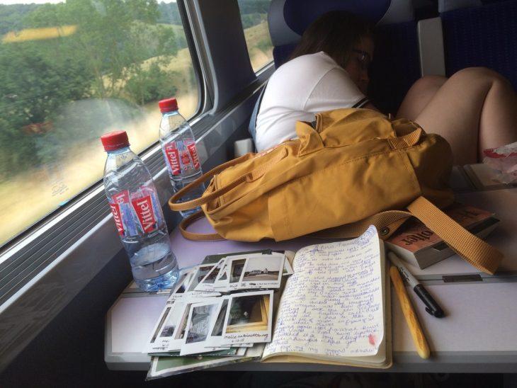 persona viajando en tren