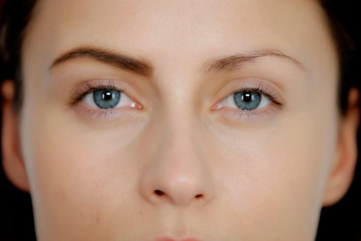 diferencia entre ceja maquillada y otra que no