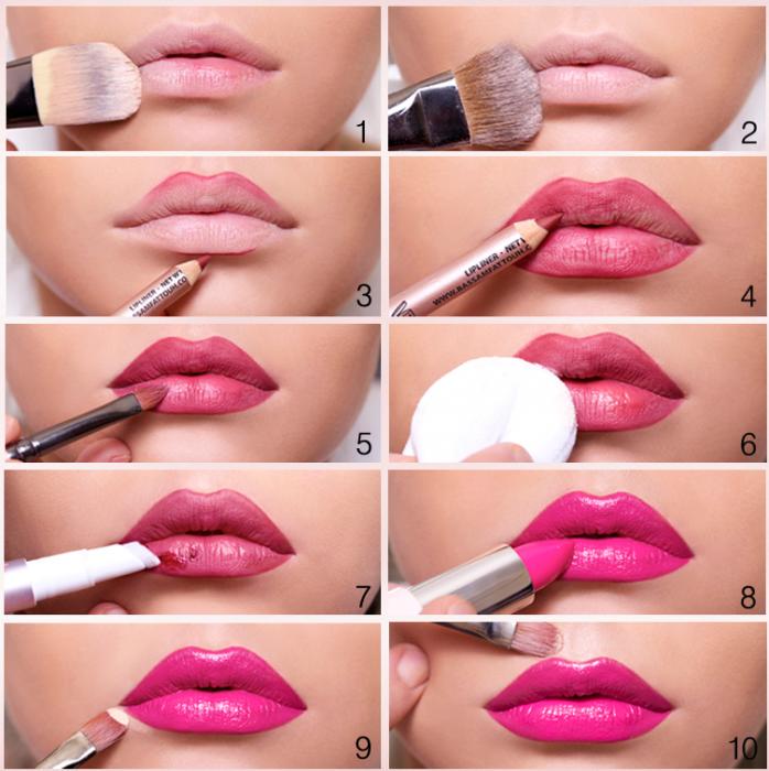 chica maquillando labios