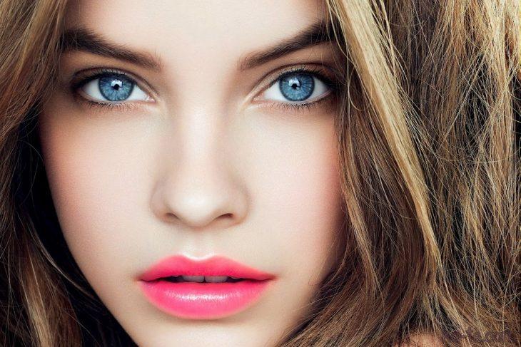 chica maquillada labios y ojos naturales