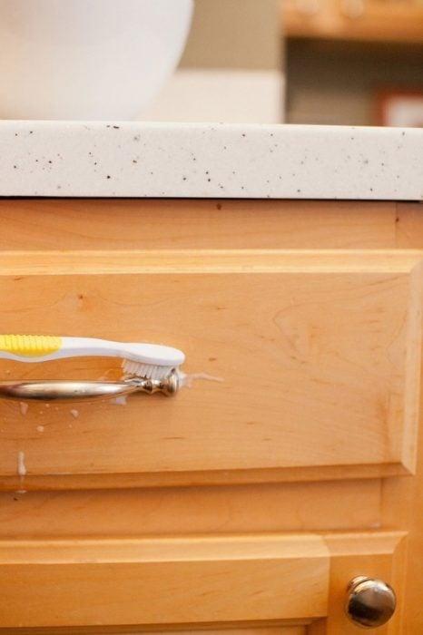 Mezcla de jabón y carbonato para limpiar los gabinetes de la cocina