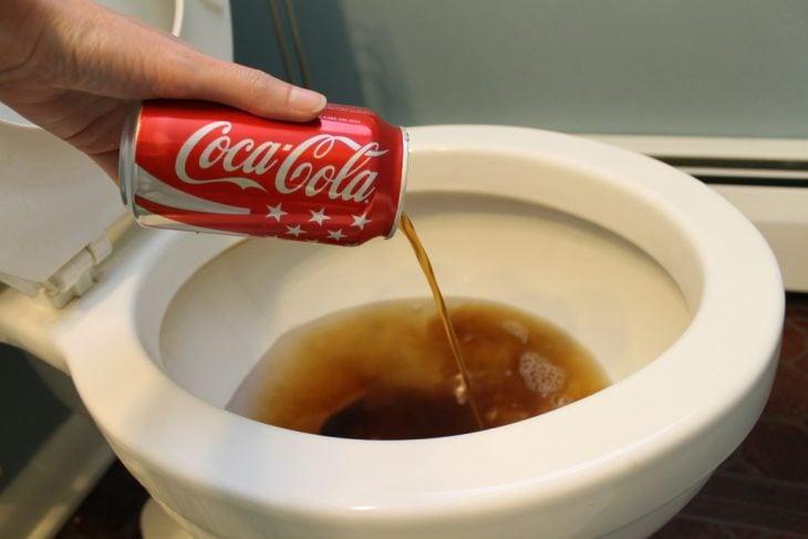 coca-cola en un inodoro para limpiarlo