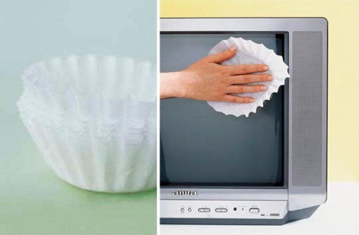 Limpieza de una pantalla de televisión con un filtro de cafetera