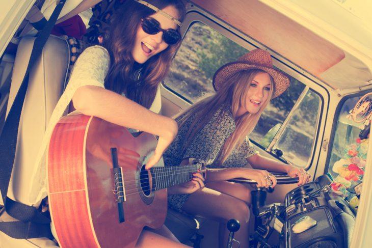 chicas cantando en una camioneta